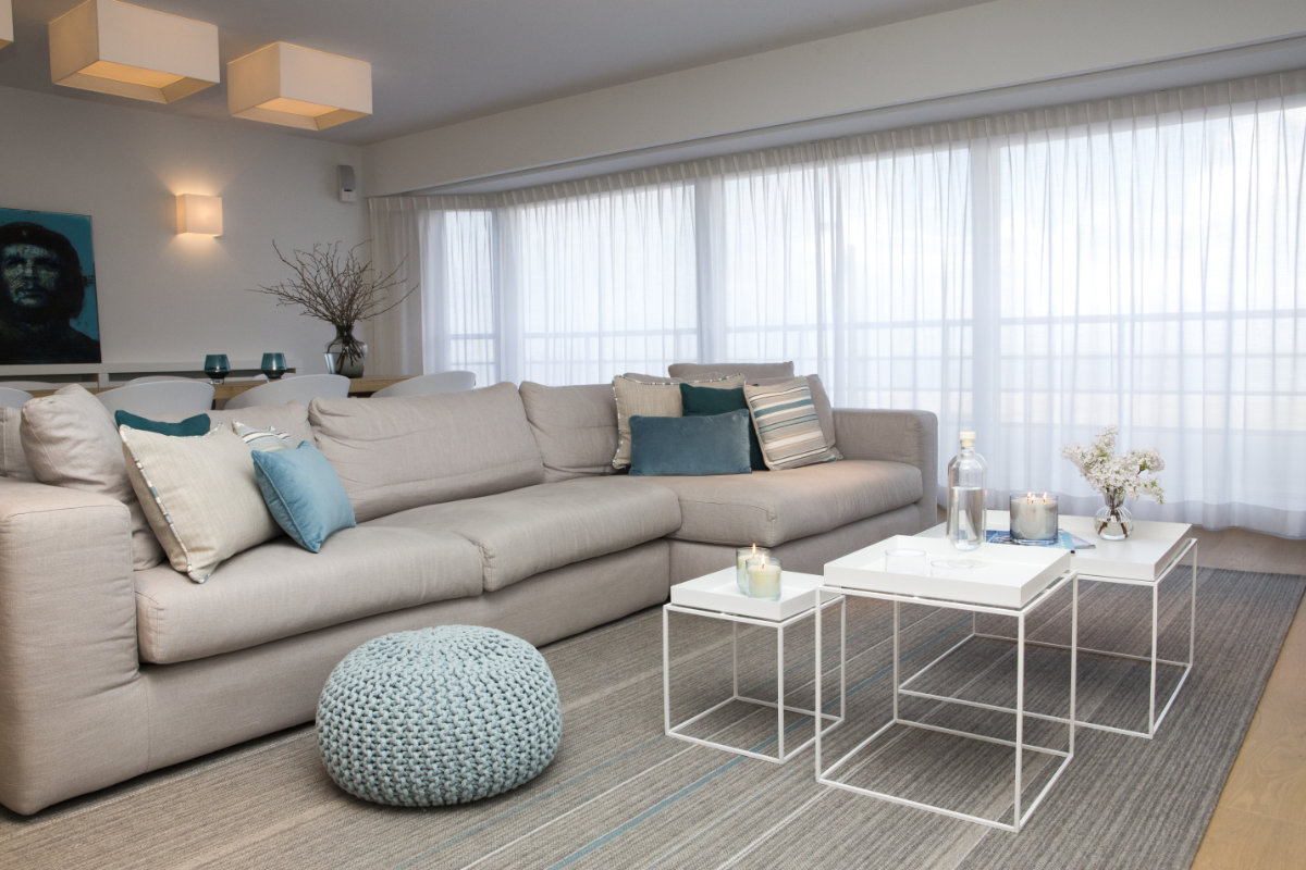 Appartement aan zee met wit interieur en houtaccenten | Binnenkijken