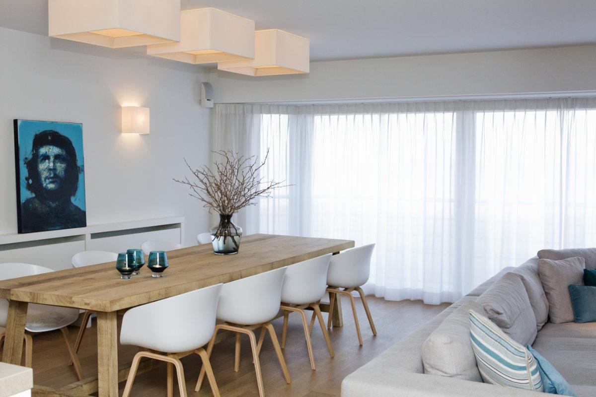 Appartement aan zee met wit interieur en houtaccenten for Interieur appartement