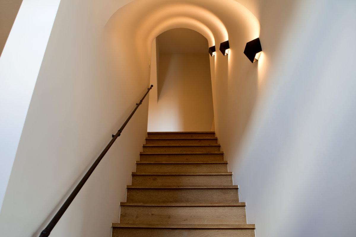 Landelijke woning met strak interieur binnenkijken - Interieur houten trap ...