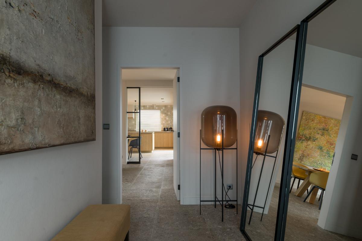 Strak landelijk interieur met kleuraccenten for Eetkamerstoelen landelijk interieur