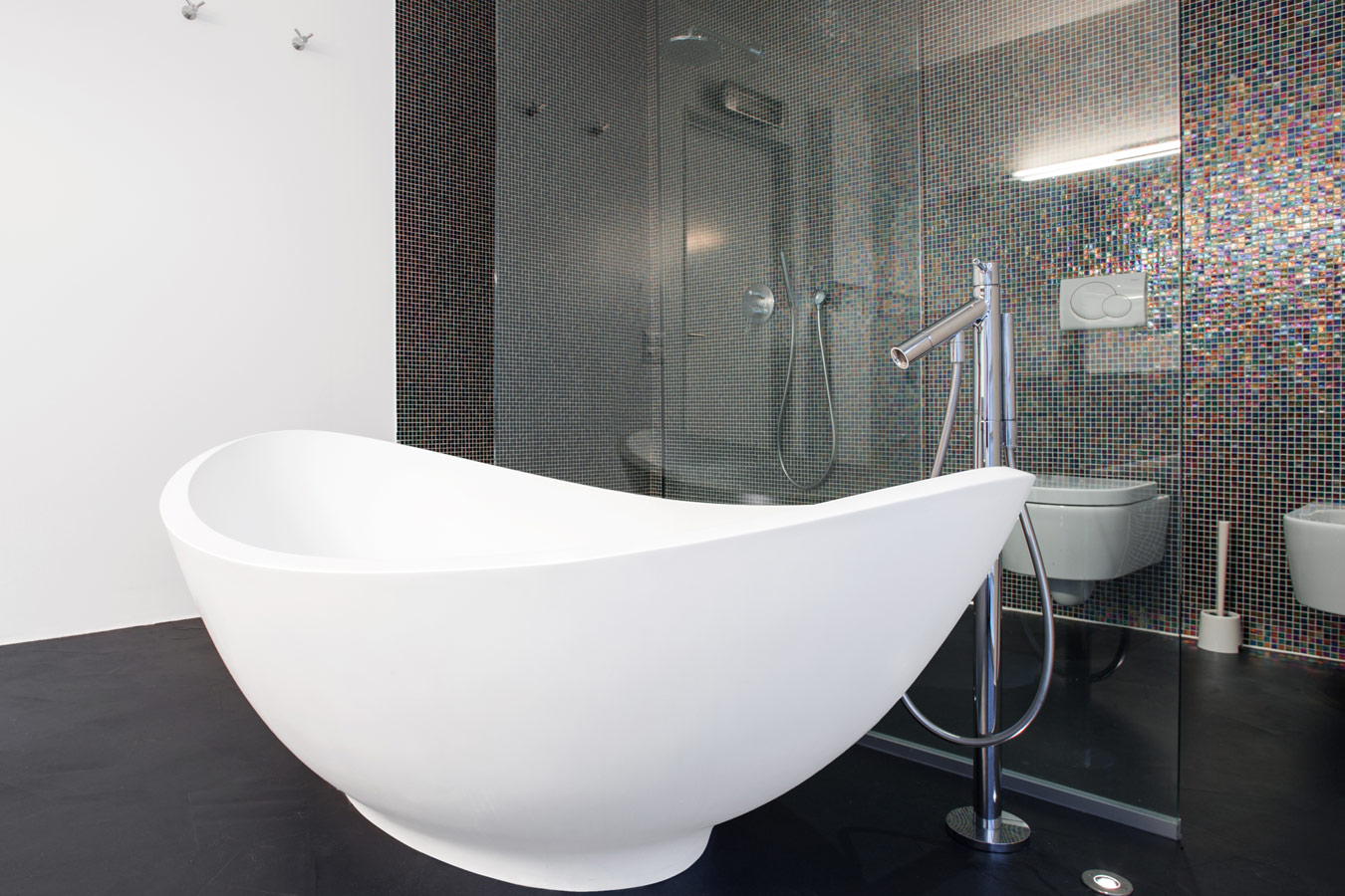 Moderne badkamers inspiratie foto 39 s en tips - Badkamer zwarte vloer ...
