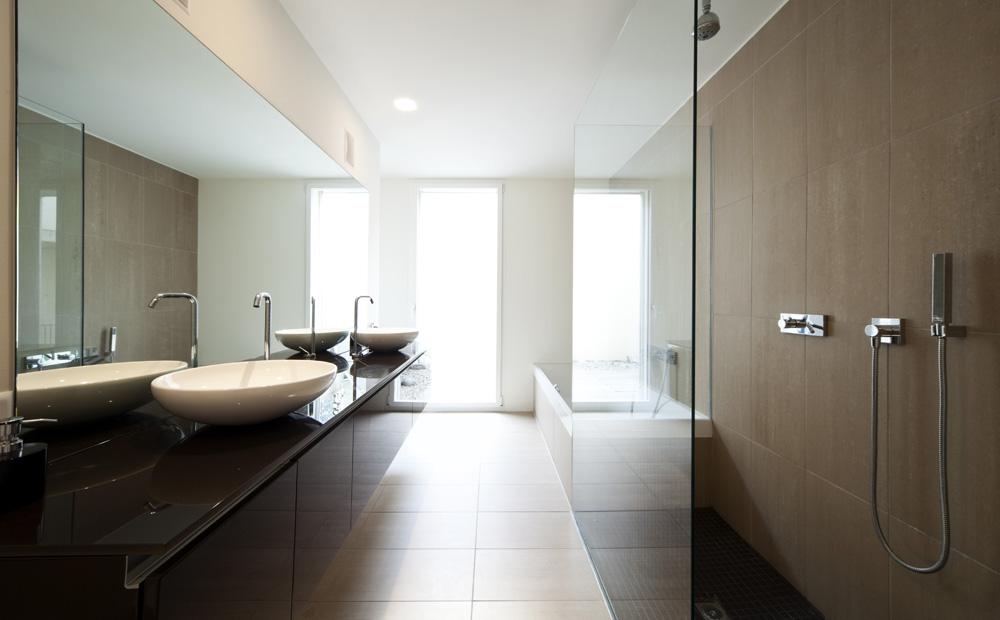 Een inloopdouche maken tips afmetingen - Glazen kamer bad ...