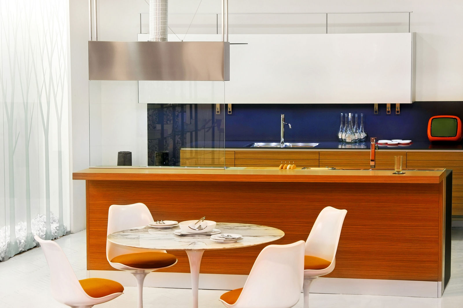 Tips inspiratie voor een pop art interieur - Gekleurde muren keuken met witte meubels ...