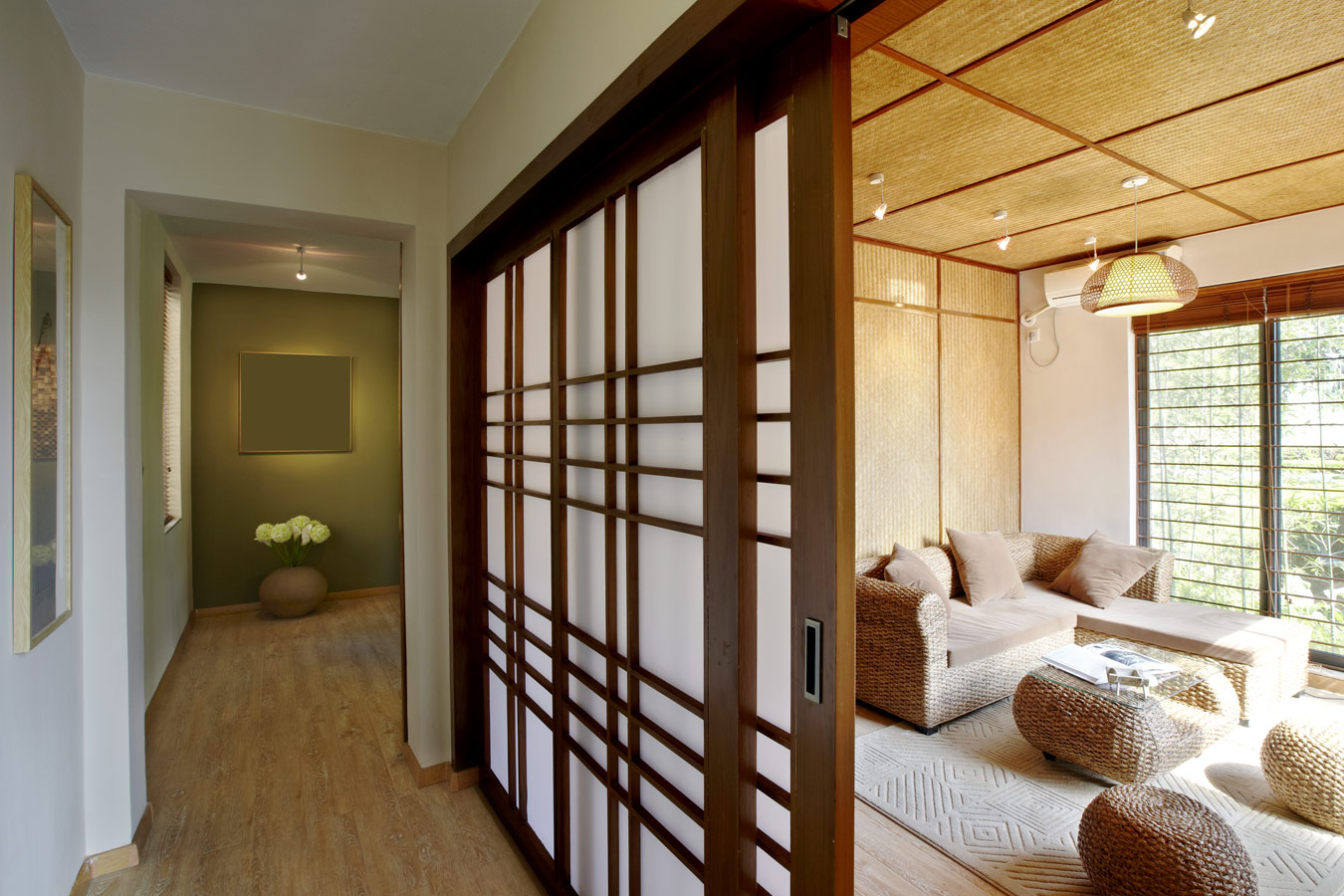 ethnische woonkamer met rieten poefs en japanse schuifdeur interieurstijlen uit de hele wereld