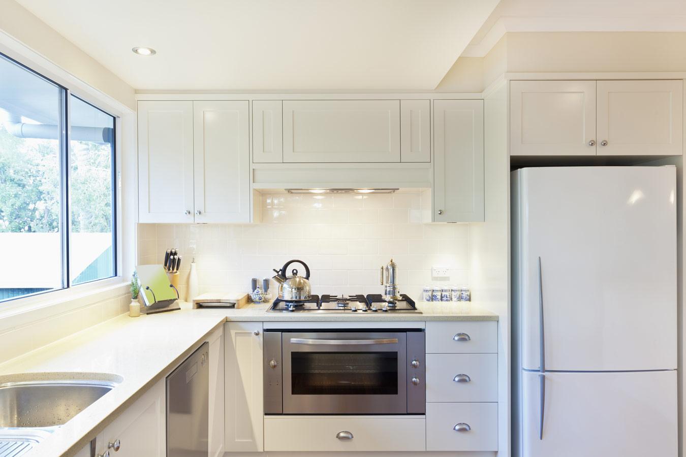 Keukenkasten schilderen stappenplan en kleuren - Kleur verf moderne keuken ...
