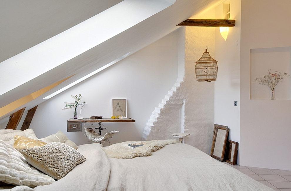 Witte romantische slaapkamer op zolder - zolderkamer ideeën