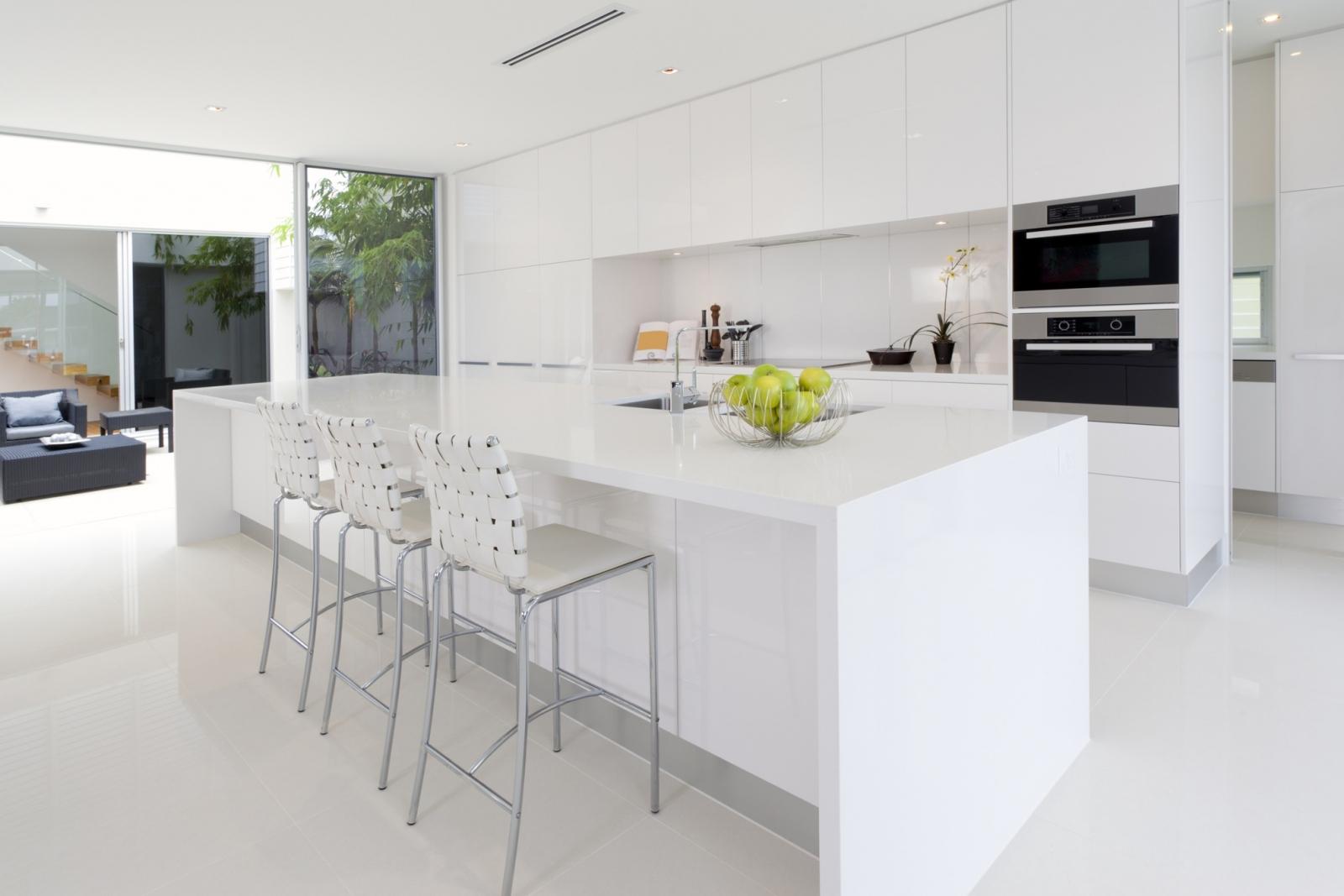 Idee keuken marmer - Witte keuken met zwart werkblad ...