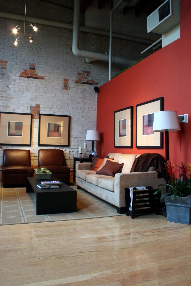 woonkamer met rode accentmuur kleuradvies