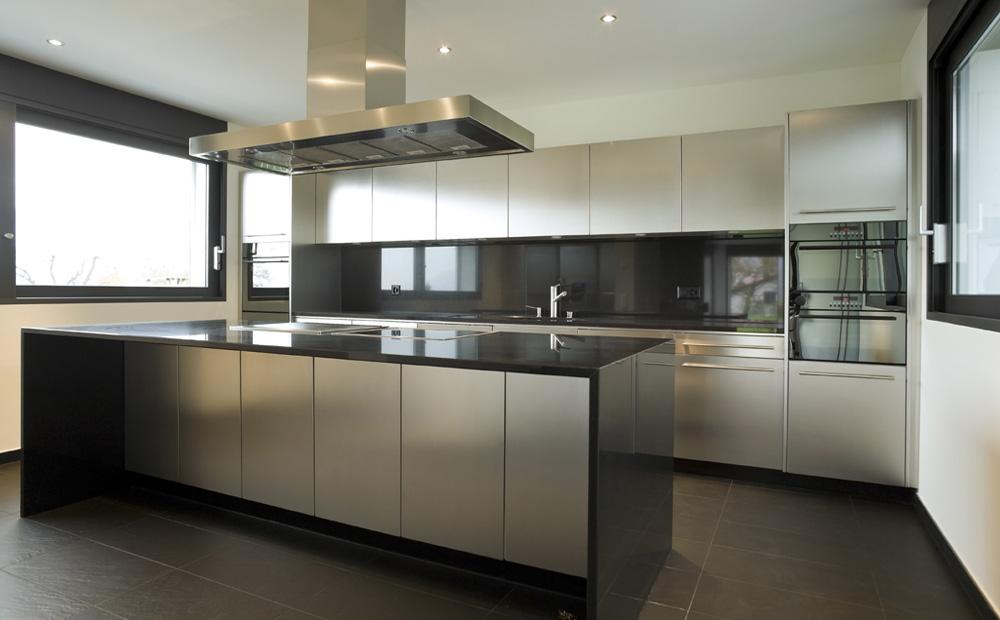 zwart wit interieur met inox keuken