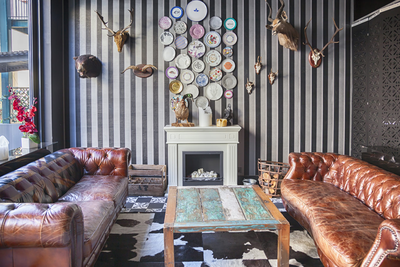 woonkamer met chesterfields muurdecoratie