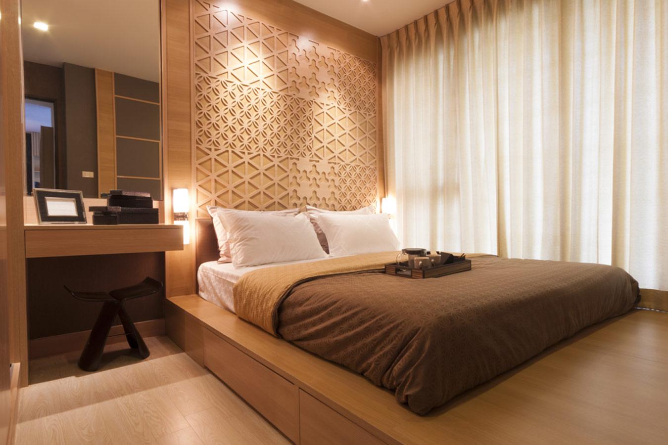 landelijke slaapkamer met warme kleuren en parket