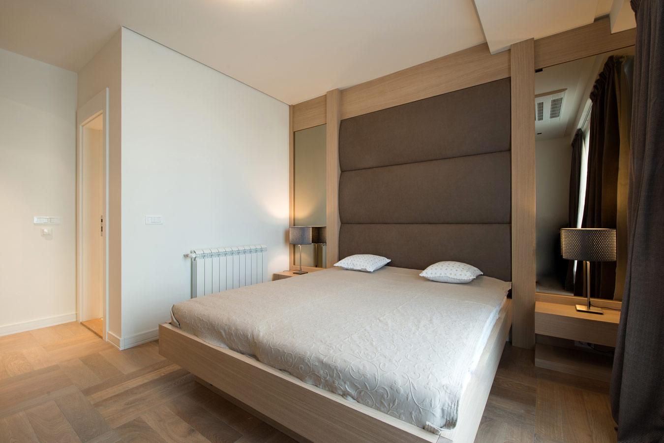 landelijke slaapkamer met parketvloer