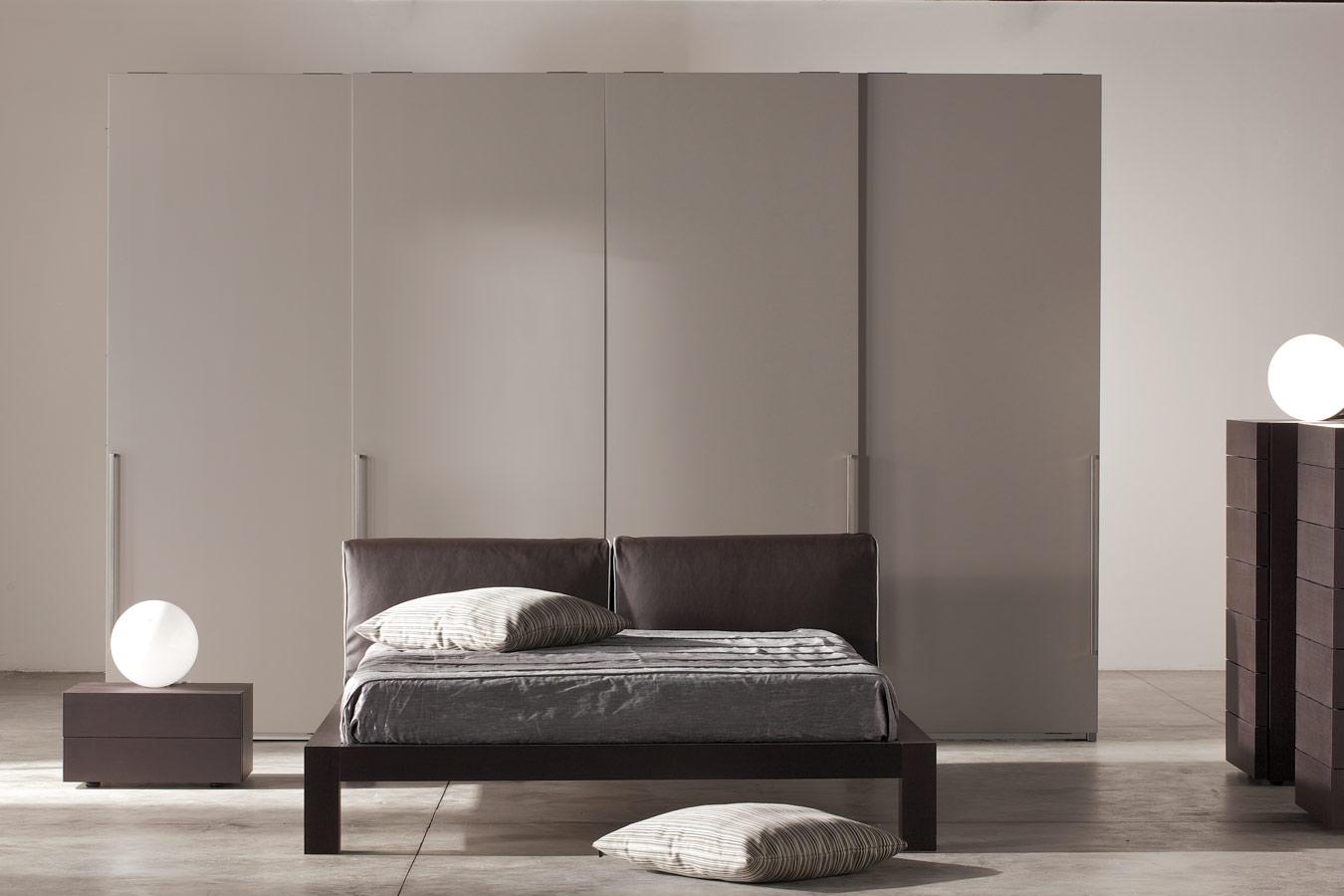 moderne grijze slaapkamer met bolle leeslampen