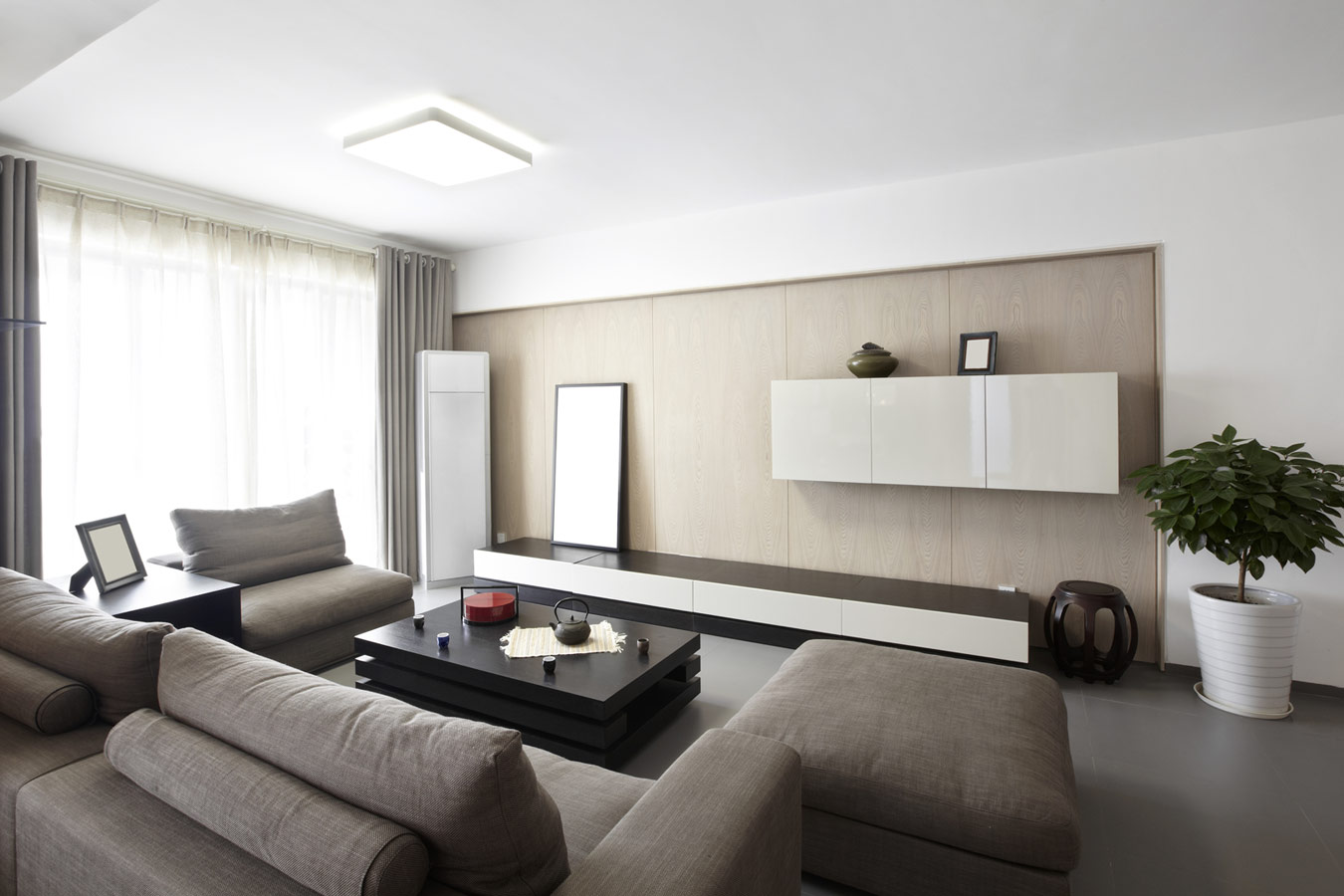 Knusse woonkamer met grijze zetel - Woonkamer inrichten