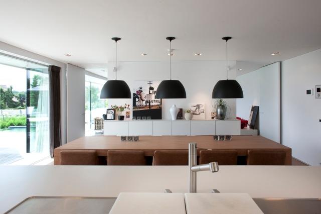 Inrichten moderne nieuwbouw villa moeskroen binnenkijken - Keuken met wijnkelder ...