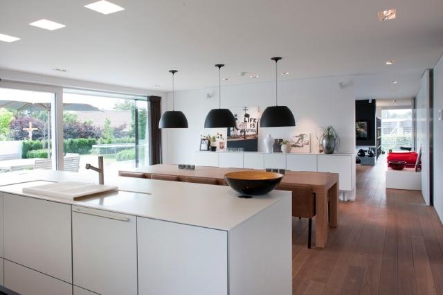 Inrichten moderne nieuwbouw villa moeskroen binnenkijken for Moderne verlichting eetkamer