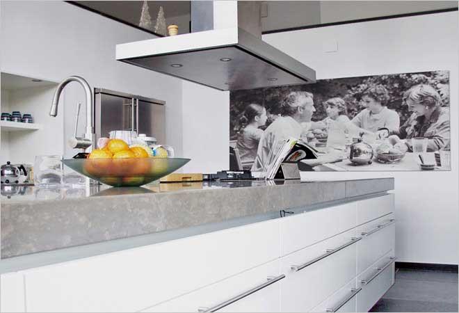 Moderne villa inrichting door d o o s interieur vormgeving - Werkblad voor witte keuken ...