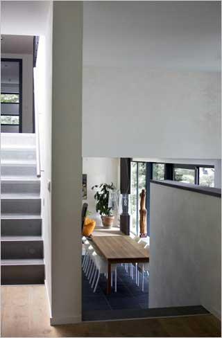 Moderne villa inrichting door d o o s interieur vormgeving - Trap binnen villa ...