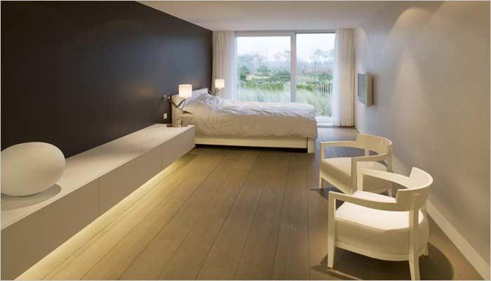 Design appartement inrichting met zicht op zee interieur door inside - Moderne design slaapkamer ...