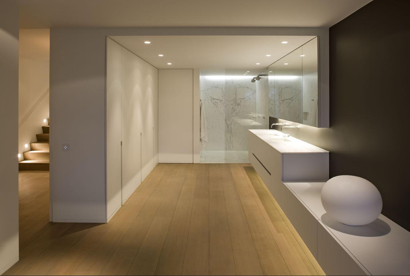 Design appartement inrichting met zicht op zee interieur door inside - Kamer parket ...
