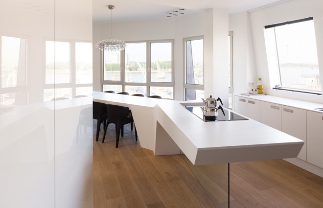 zwevende keuken in design penthouse