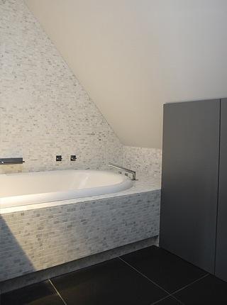 Landelijke villa inrichting met een landelijk strak interieur - Mozaiek blauwe bad ...