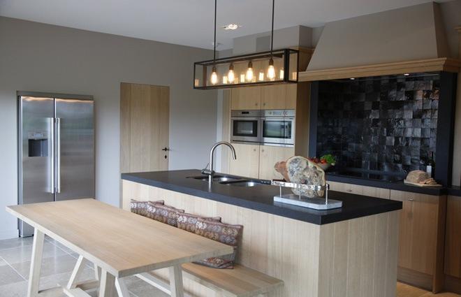 Landelijke villa inrichting met een landelijk strak interieur - Foto grijze keuken en hout ...