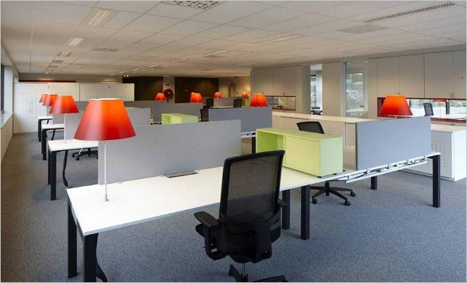Kantoorinrichting met interieur volgens de huisstijl van het consultancy bedrijf - Decoreren van een professioneel kantoor ...