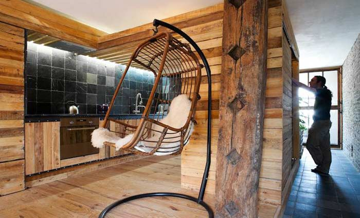 Ecologisch wonen interieur van gerecupereerde bouwmaterialen en afval - Interieur houten huisje ...