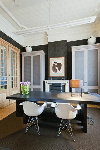 Gerenoveerde rijwoning met modern klassiek interieur for Oud herenhuis interieur