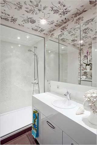 Modern appartement met hip behang interieurdesigner - Behang in de badkamer ...