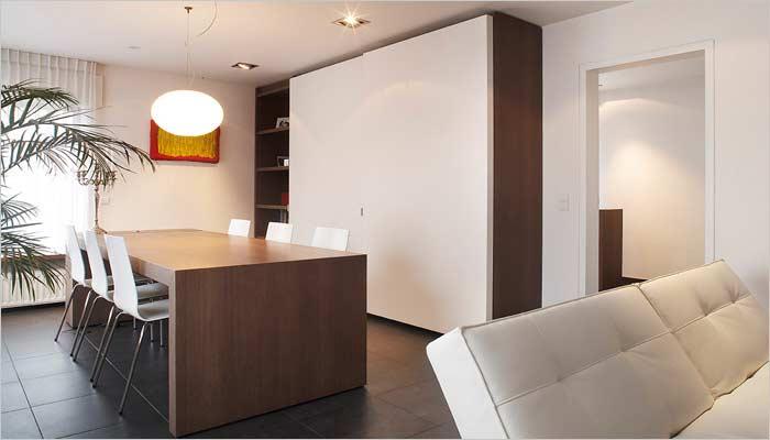 Moderne inrichting halfopen bebouwing door for Strakke woonkamer inrichting