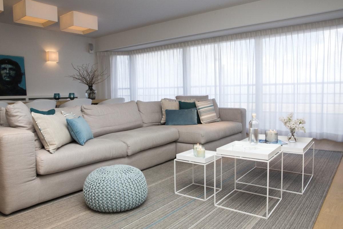 appartement aan zee met wit interieur en houtaccenten. Black Bedroom Furniture Sets. Home Design Ideas