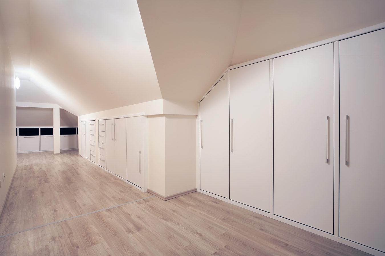 Slaapkamer Wandkasten : Witte inbouwkasten aangepast aan schuine ...