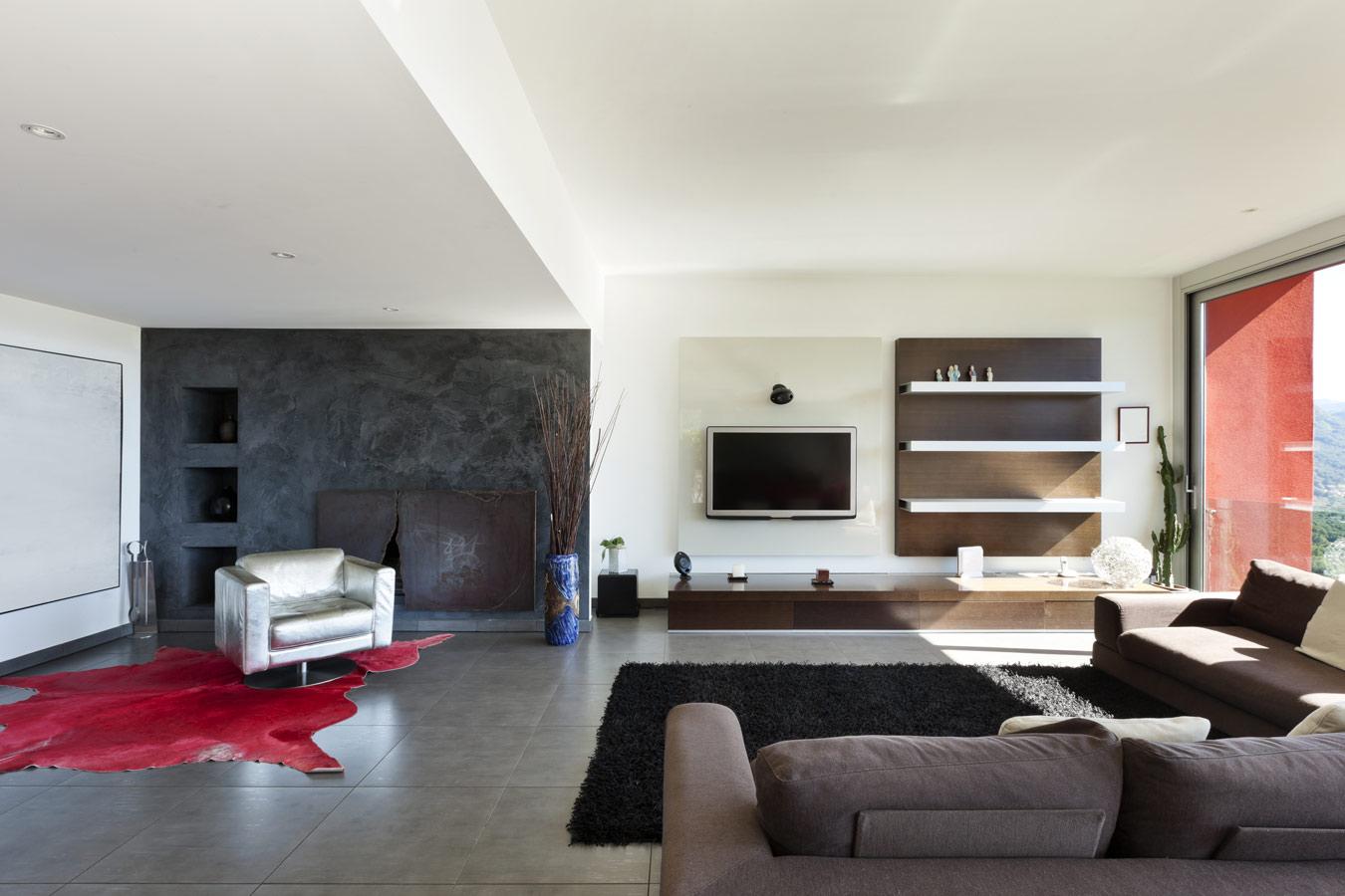 grote open leefruimte met laag tv meubel in massief hout