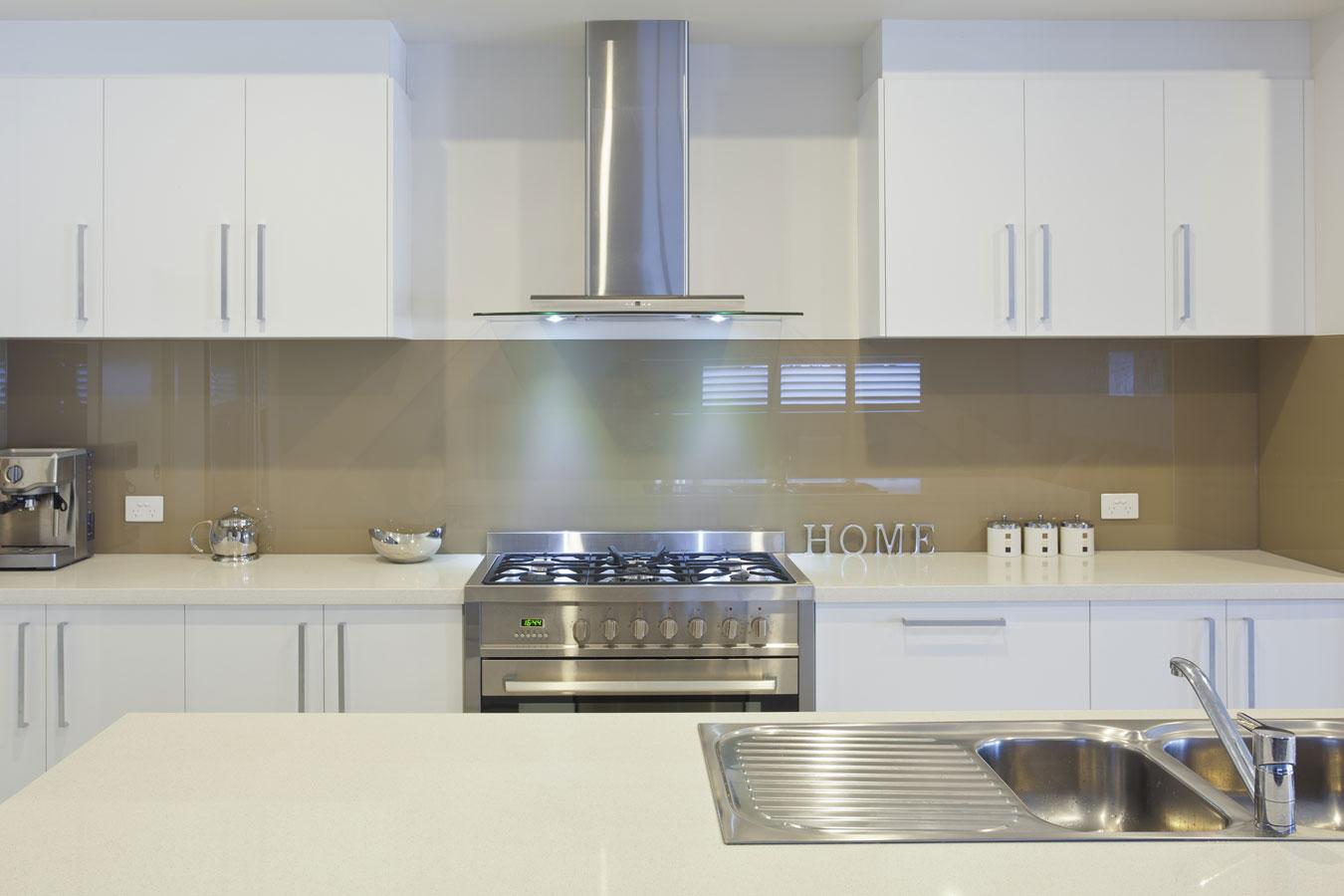 Witte keuken met wit composiet werkblad beste inspiratie voor huis ontwerp - Werkblad voor witte keuken ...