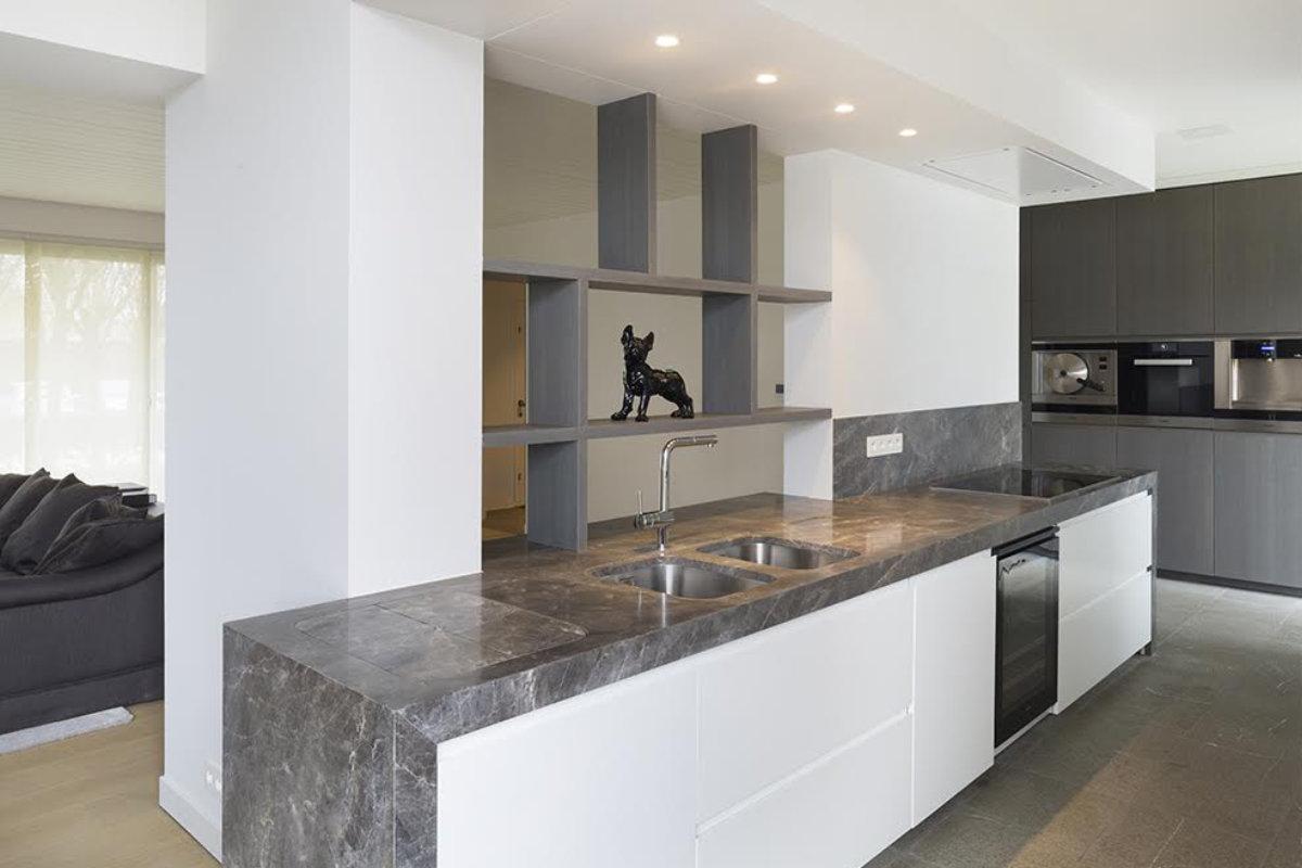 https://www.interieurdesigner.be/frontend/files/userfiles/images/z-redacteurs/Wou/Blog/renovatie-bungalow-met-tijdloze-look/keuken-bungalow.jpg