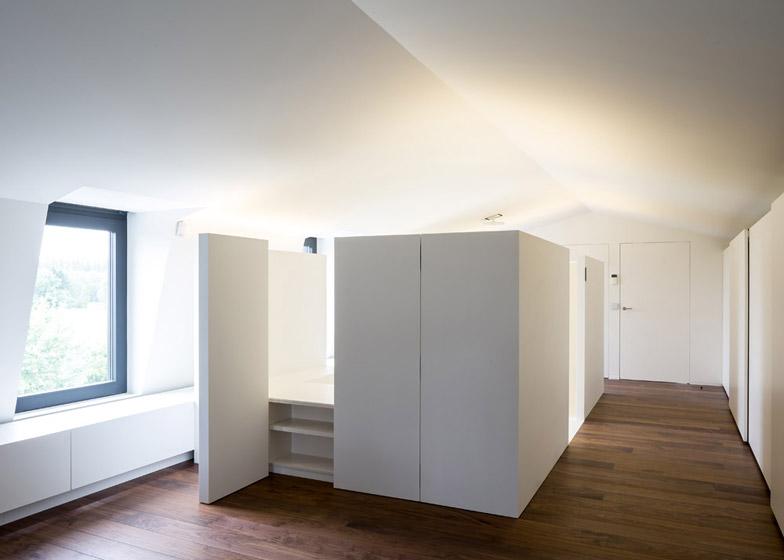 Moderne zolderrenovatie met open badkamer binennkijken - Slaapkamer met kleedkamer en badkamer ...