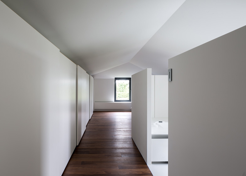 Moderne zolderrenovatie met open badkamer binennkijken - Decoration studio moderne ...