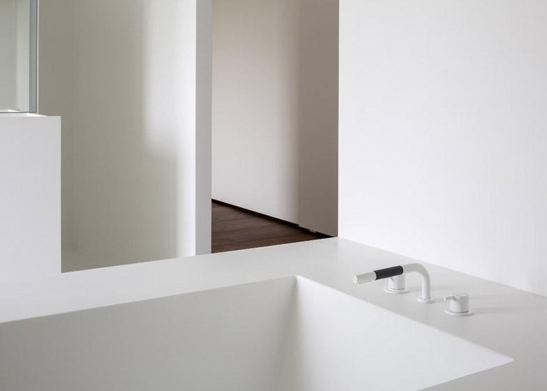 Moderne zolderrenovatie met open badkamer binennkijken for Moderne doucheruimte