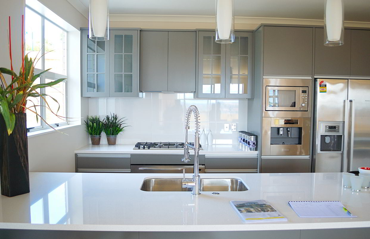 Een inox spoelbak in de keuken voorbeelden en info for Are white kitchen cabinets out of style