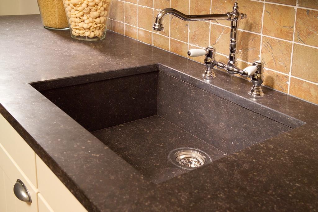 Afbeeldingsresultaat voor zwart massief granieten spoelbak