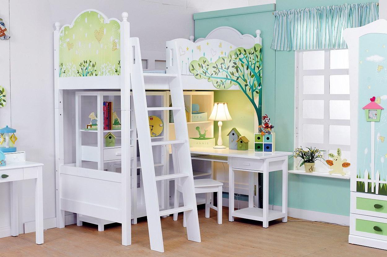 Kinderkamer met stapelbed en opvallende meubels