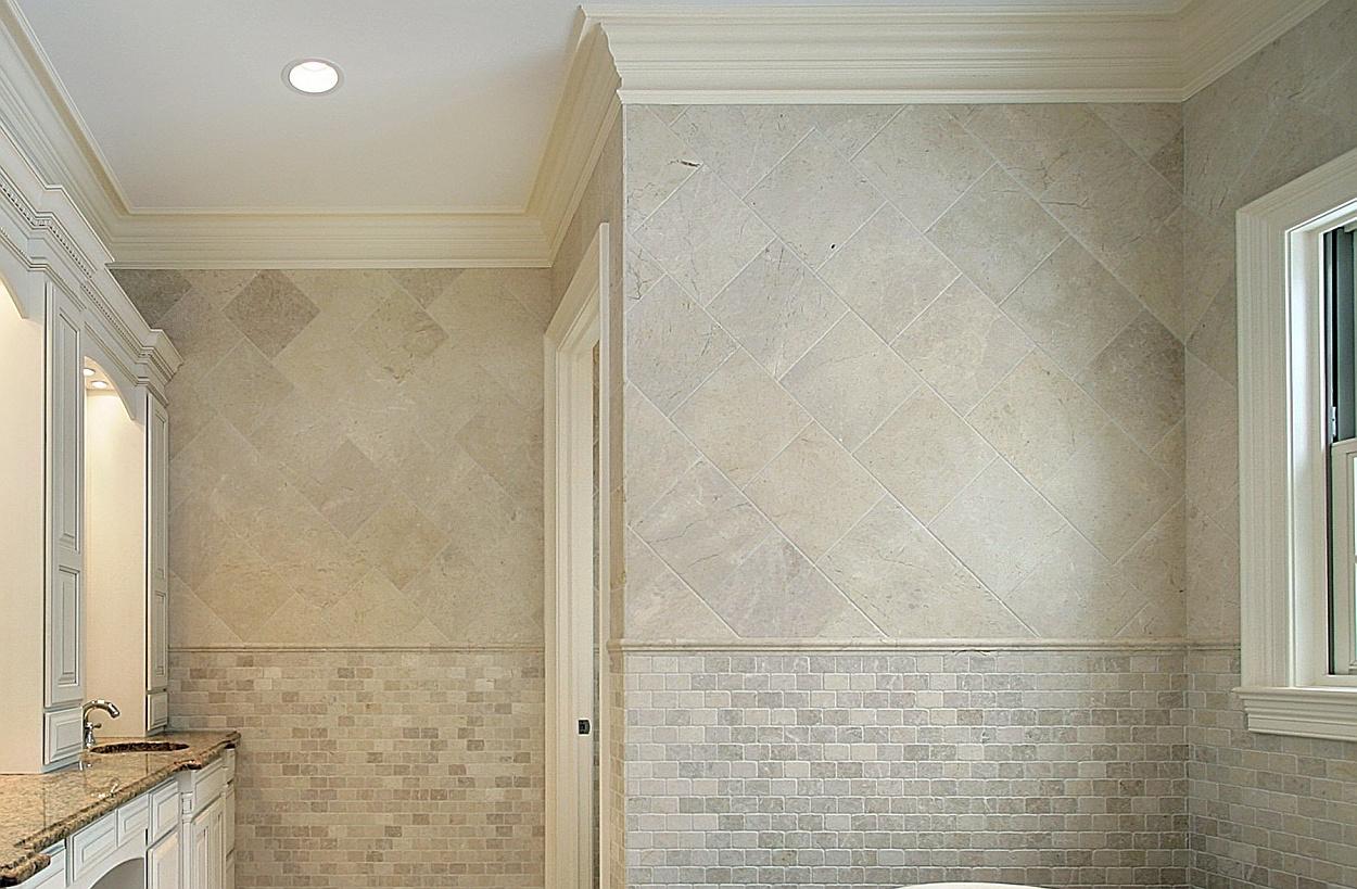Wandtegels Keuken Voorbeelden : Shutterstock – In deze badkamer zijn de wandtegels zowel diagonaal