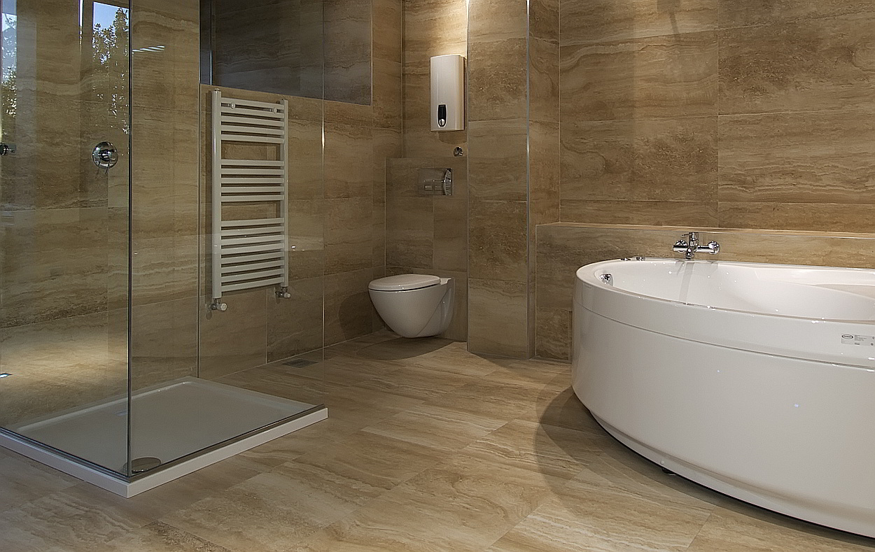 Natuursteen tegels voor en nadelen van natuurstenen vloer - Bruine en beige badkamer ...