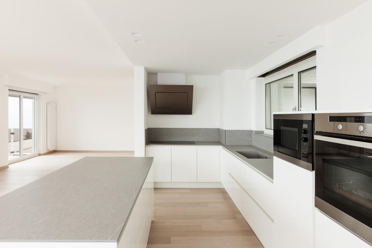 Witte Keuken Met Bruin Werkblad : Een greeploze keuken met hoogglans ...