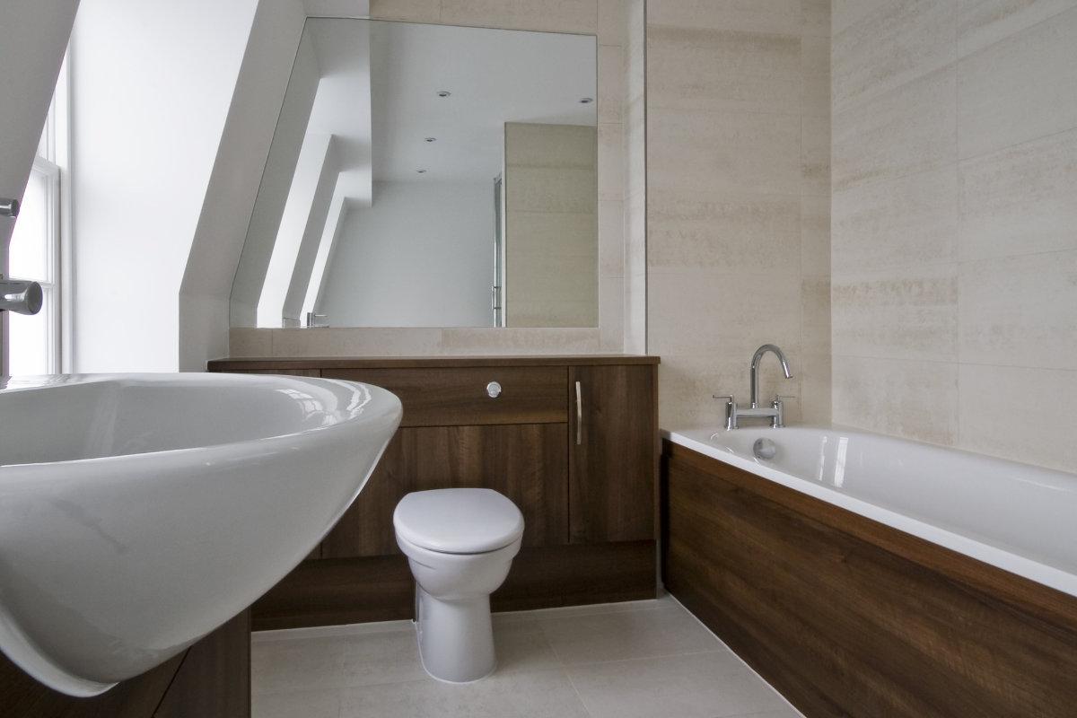 Een woonkamer in wit - Moderne badkamer meubels ...
