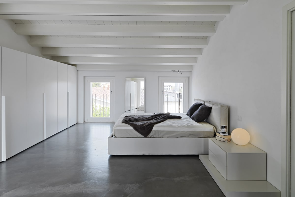 cementgebonden gietvloer slaapkamer