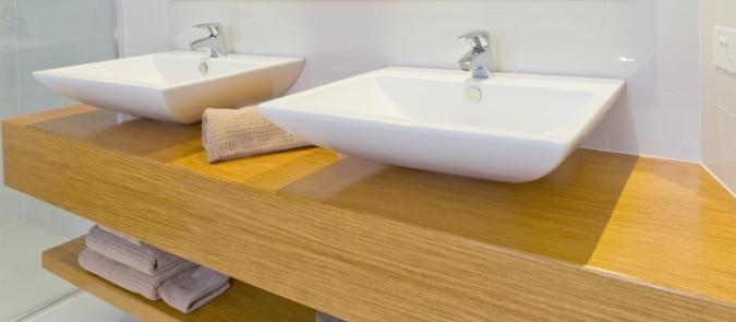 houten badkamermeubel plaatsen