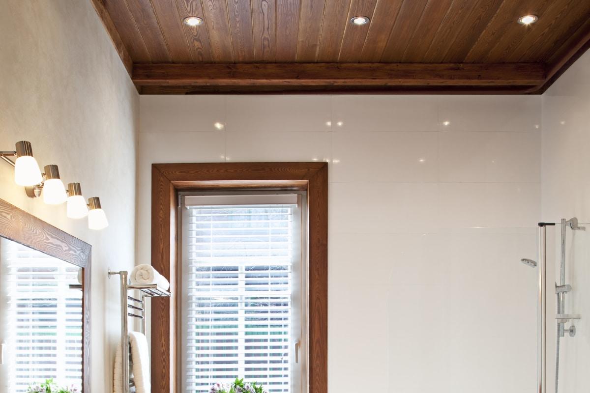 houten plafond badkamer